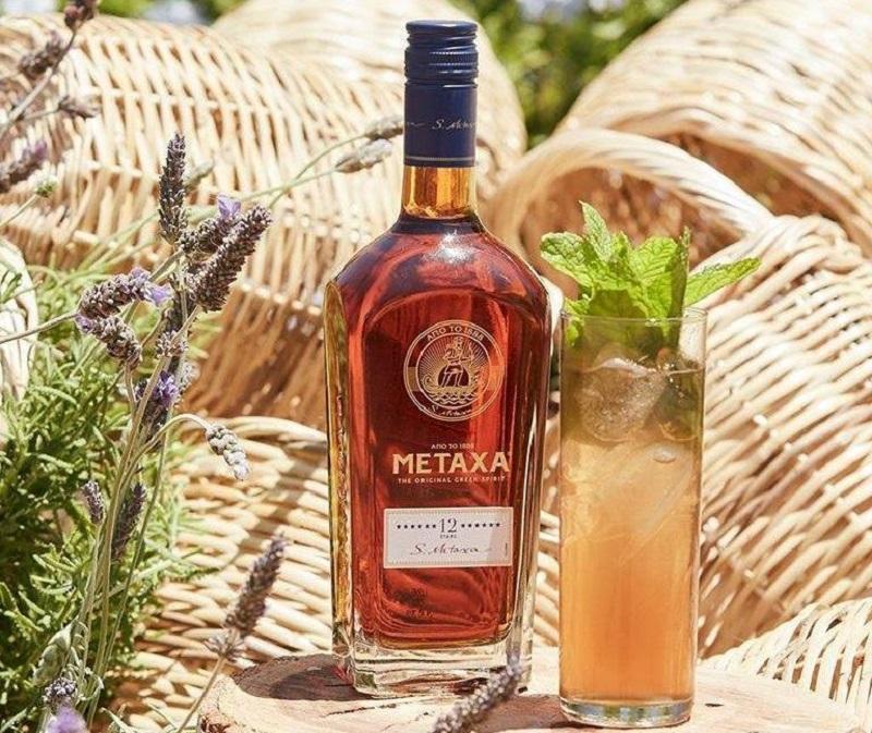 Vara este mai frumoasa atunci cand ai Metaxa! Iata cum poti prepara 4 cocktailuri de senzatie